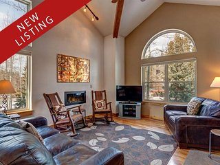 In-Town 3BR/3BA House w/ Stunning Views from Hot Tub, Short Walk to Everything