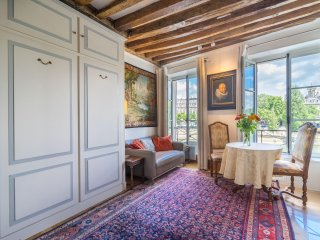 Notre-Dame Lux Apt with stunning river views and Lift 150€ to 195€ /night