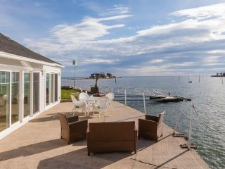 Direct Waterfront Renovated Beach House, Branford