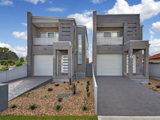 CANLEY HEIGHTS VILLA  45 - SYDNEY 3Bdm, Modern Townhouse, Sleeps 8,  Free Linen*