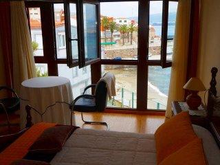Casa en primera linea-vistas a la playa-centrica con 3 banos y 3 salas, barbacoa