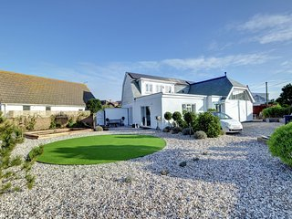 The Studio - Beautiful and spacious holiday home at the seaside with bar, garden and parking