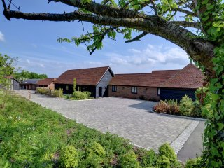 Tile Lodge Barn - Stunning former barn finished to a high standard at the foot of the North Downs