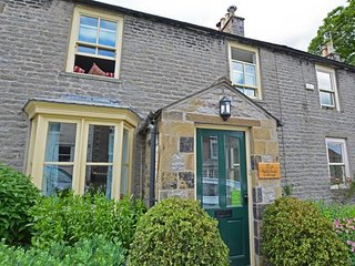Gallowa's Cottage - Spacious and attractive holiday home in the heart of the lively town of Middleham, Leyburn