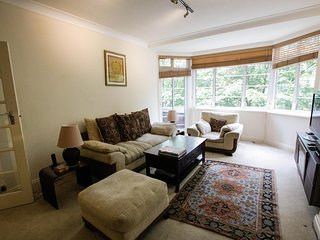 Luxury spacious apartment in Belsize Park. Sleeps 2. Lift, Porter, Balcony.