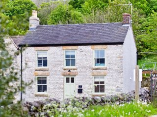 Church View - Exquisite luxury 3 bedroom cottage in pretty Peak District village