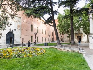 En el centro de Valladolid, al lado de museos, tiendas y zona de Tapas.