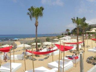 Aloe 1 bedroom BiG terrace & 3 Pools, Garage, WiFi, 3 minutes to the beach