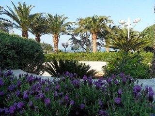 Villa vista mare-con veranda e giardino.