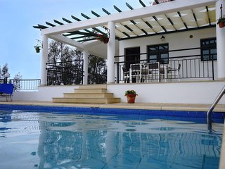 Cozy Villa, Peaceful area Near to the Sea, in the Exclusive Sea Caves-Coral Bay