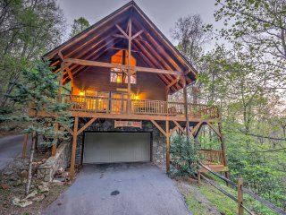 Spacious Maggie Valley Cabin w/Hot Tub & Mtn Views