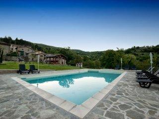 Tipica casa in pietra con piscina nella campagna Toscana