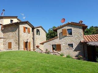 Casa in pietra con piscina nella campagna Toscana