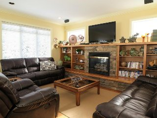 GoldStar - Deluxe 4 Bedroom Home Right on Skiway, 3 Minutes Ski/Walk to Village