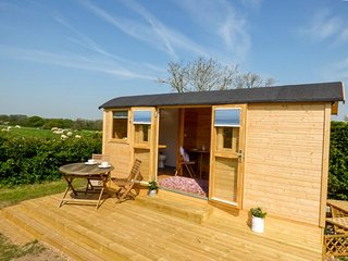 SHEPHERDS DELIGHT, gorgeous shepherd's hut, swimming pool, en-suite, WiFi, in