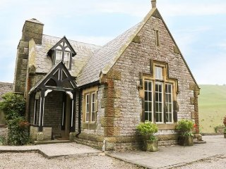 LOWER LODGE, cosy, open fire, romantic, Tudor, pet friendly, Cressbrook, Ref 957
