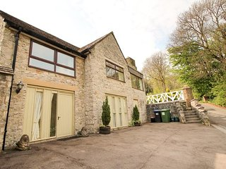 HIDESAWAY, sleeps seven, en-suite, private patio, pet friendly, Cressbrook, Ref