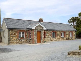 WORK HOUSE COTTAGE No. 1, traditional cottage, WiFi, mountain views, in