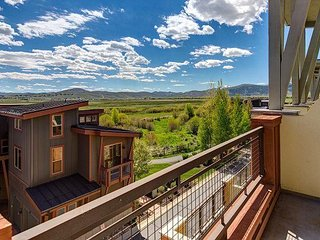 Polished 2BR Park City Condo with Mountain-View Hot Tub