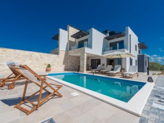 Beautiful Villa Oasis in Sukošan, ideal for 8+2 People, Heated Swimming Pool