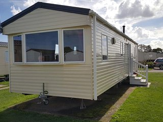 **6 BERTH CARAVAN FOR HIRE GOLDEN SANDS MABLETHORPE**