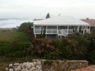 Family beach house  on Garden Route  with sea view 1 minute walk from the beach