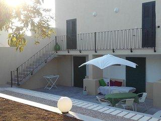 Grand loft avec jardin clos dans quartier preserve exactement entre les 2 mers