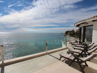 First line Villa with access to the sea!