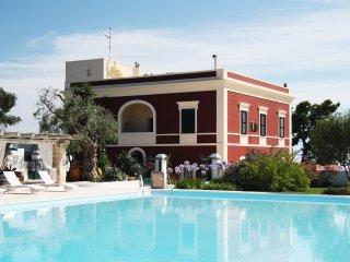 Villa d'epoca con piscina tra mare e campagna
