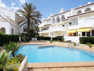 Beautifully appointed, very high standard 2 bedroom apartment with sea views.