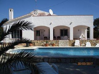 entre mer et montagne, villa avec piscine ,  commerces, zone résidentielle, L'Ametlla de Mar