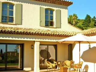 Villa Fleur Rouge - perfect location, Modern villa with private swimming pool, near the beach., La Croix-Valmer
