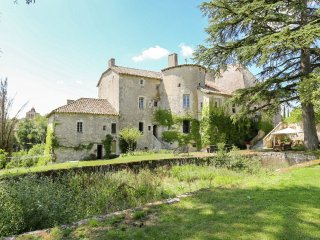 Chateau d'Aix - Impressive castle surrounded by a beautifully landscaped garden