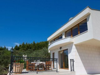 Splendid sea & mountain views villa - Quiet hill side villa with infinity pool