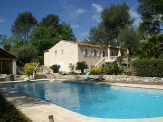 Villa Roquefort les Pins - Villa with beautiful, sheltered garden, Jacuzzi and private swimming pool in lovely surroundings.