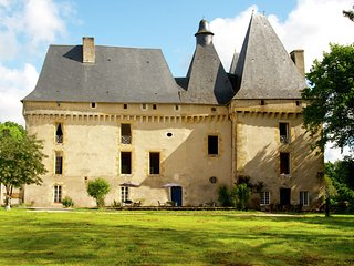 Le Grand Gite du Chateau - Very spacious cottage with a separate guest house on a medieval domain., Chalais