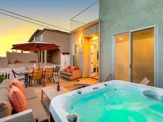 Mission Beach Condo -Brand new hot tub, steps from Beach and Bay!