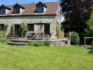 Kingfisher Cottage - village 'barn conversion' nr Sherborne, garden, woodburner