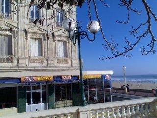 Face à la grande plage de sable fin et en centre ville LES SABLES D'OLONNE