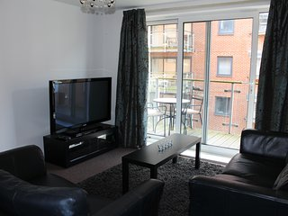 City Centre 2 Bed 2 Bath Home From Home & Parking