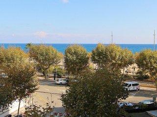 Atractivo apartamento junto a la playa. Decoración años 70 y extensa biblioteca, Calella