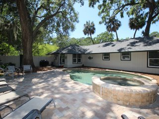 Just Renovated Pet Friendly, Private Pool and Spa, 2 Minute Walk to Beach