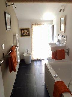 WC, bagno, lavandino e bidet, con finestre francesi che si aprono sul lato sud