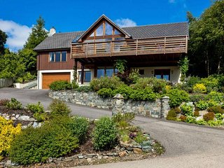 Corrie Burn, luxury spacious house for 2 - 10 guests with loch and mountain view