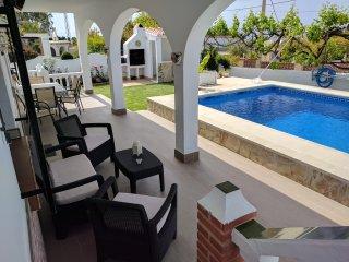 Villa con piscina privada, 3 habitaciones y vistas al mar. Aparcamiento privado.
