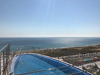Beachfront stunning Infinity View 2 bed apartment overlooking beach