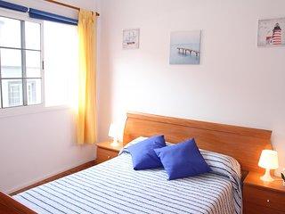 Dormitorio 1. Habitación doble con cama de matrimonio, cómoda y armario.
