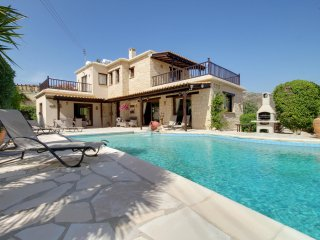Luxury 3 bed Villa, sleeps 6, Infinity Pool. Sea View & Mountain Views