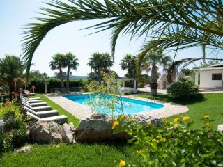 Trulli Oleandro - Private pool surrounded by greenery, the outside area is