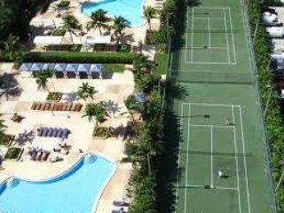 Pool and tennis court - Pool and tennis court